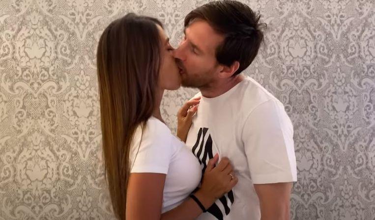 De innige kus van Lionel Messi aan Antonella.
