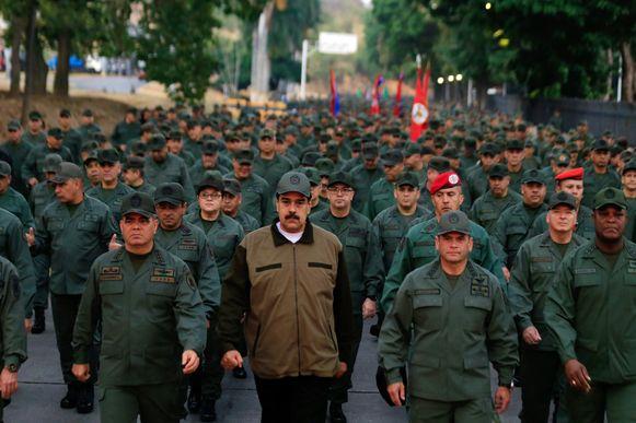 De Venezolaanse president Nicolas Maduro (C) sprak vandaag voor duizenden soldaten in Caracas.