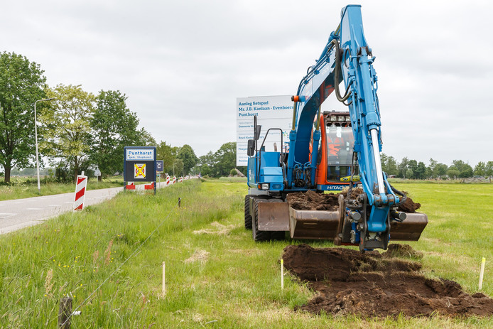 In mei begon de aanleg van het fietspad langs de Evenboersweg (links) en de  Mr. J. B. Kanlaan. Maar door een conflict ligt het werk al tijden stil.