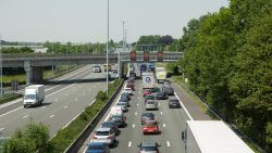 Verkeersdrukte naar kust lost op, problemen rond Antwerpen houden aan