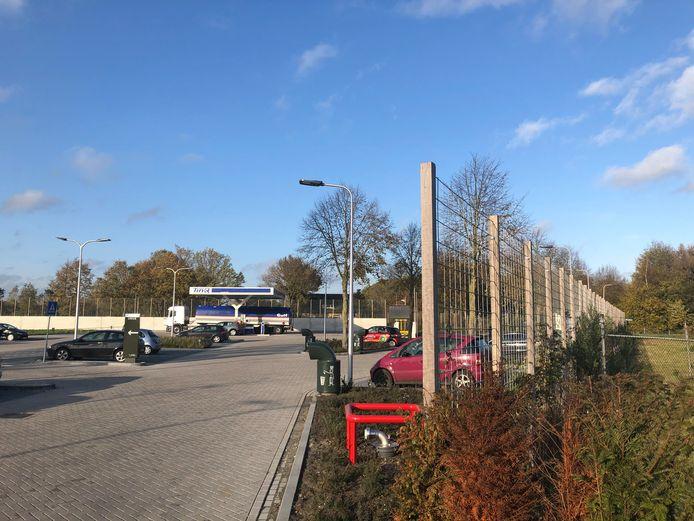 Het bestaande hekwerk om het Foodcourt Uden aan de kant van de Handwijzerstraat. Uden ziet het niet zitten om het te vervangen door een geluidwerend hek. Wel wordt nog beken of het terrein 's nachts afgesloten kan worden. De vraag is alleen wat tankstation TinQ daarvan vindt.