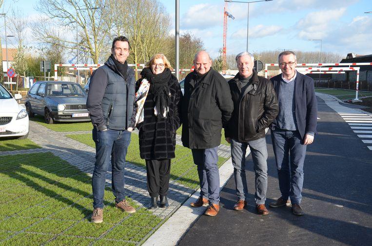 Het Ninoofse stadsbestuur op de vernieuwde Mallaardparking.