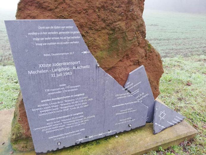 De gedenksteen van het monument lag er gebroken bij. De stad zal zorgen voor een nieuwe.