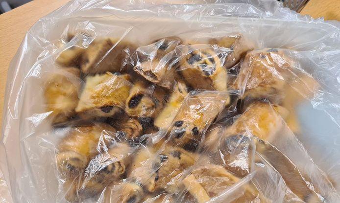 De politie Ede is naarstig op zoek naar de rechtmatige eigenaar van deze in beslag genomen rozijnenbroodjes.