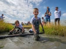 Honderden blubberen door modder in Biddinghuizen tegen slavernij