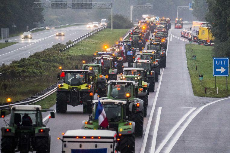 Drentse boeren blokkeerden met hun trekkers de snelweg A28 bij Hoogeveen.  Beeld ANP