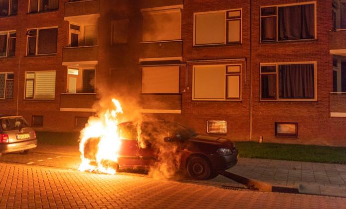 Een auto is in de nacht van maandag op dinsdag uitgebrand in de Abraham Kuyperstraat in Alblasserdam.