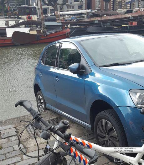 Auto rijdt achteruit en belandt nét niet in het water: 'Oeps! Wel een goed verhaal voor op een verjaardag'