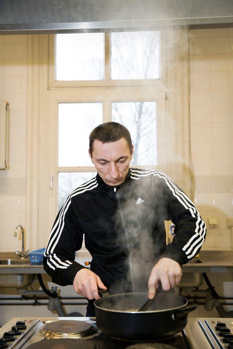 Een Poolse arbeidsmigrant kookt zijn potje in de keuken van het voormalige arbeidershotel, dat door de Poolse veteranen al snel werd omgedoopt tot De Kantine. Beeld Ton Toemen