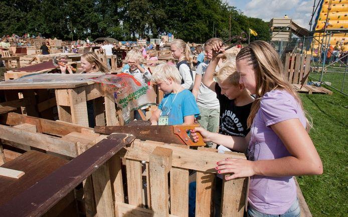 In rap tempo verrijzzen maandag hutten in Kinderdorp Bennekom. foto Herman St:över