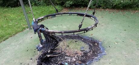 Nestschommel in Weizigtpark in brand gestoken