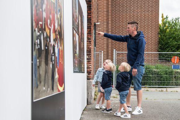Jens Leybaert en kindjes Lars, Liam en Lena bewonderen de fotopanelen aan de Hollandse Kazerne.
