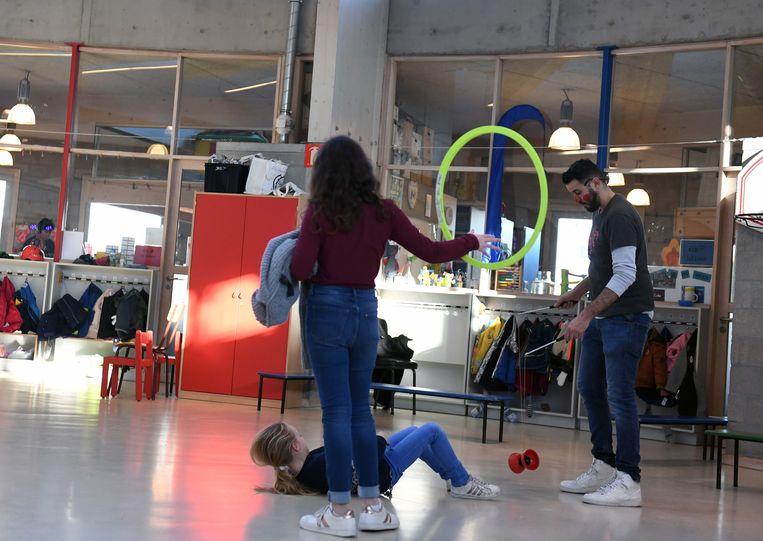 De leerlingen leren circustrucs