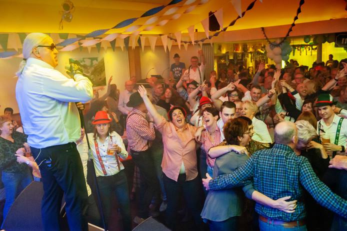 Enthousiasme bij het publiek tijdens het optreden van schlagerzanger Otto Lagerfett.