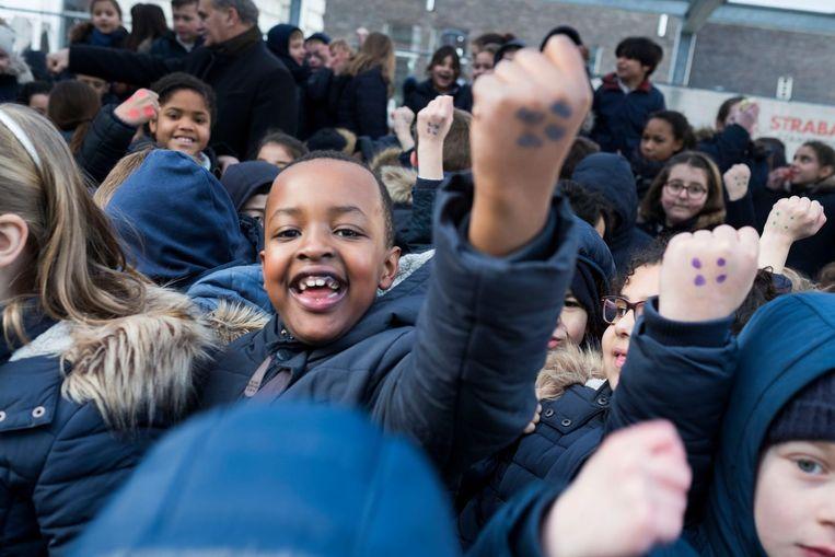 Een jongen toont trots dat hij de campagne tegen pesten volop steunt.