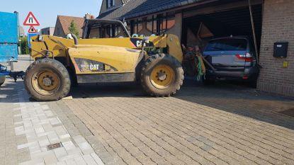 Landbouwvoertuig schept geparkeerde BMW op en sleurt die garage van woning binnen
