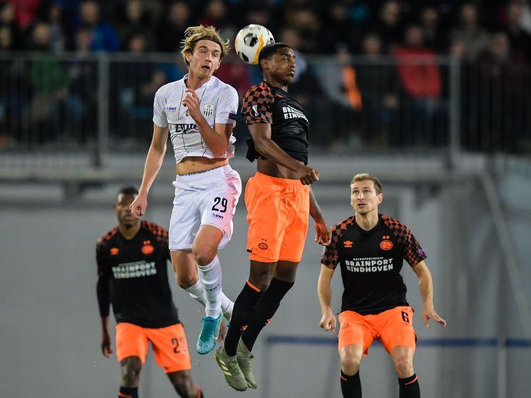 Marko Raguz van Lask Linz (in het wit), in duel met Pablo Rosario van PSV. Beeld ANP Sport
