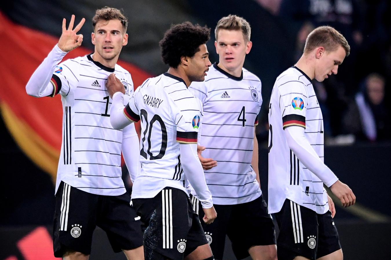 Leon Goretzka (links) viert de 2-0 met zijn ploeggenoten.