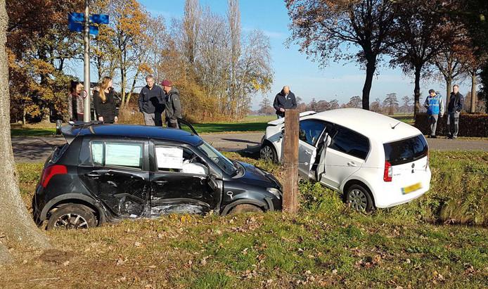 De beide wagens na de crash in Dalfsen.