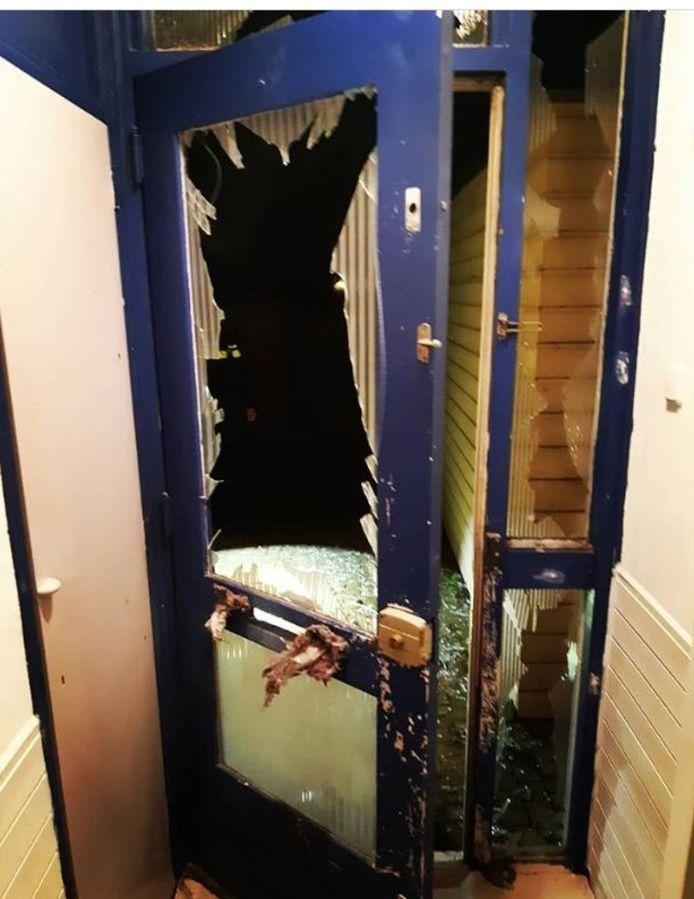 De voordeur en de hal waren volledig verwoest door de vuurwerkbom.