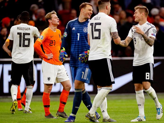 Frenkie de Jong baalt na de nederlaag tegen Duitsland (2-3) van zondagavond in de Johan Cruijff Arena. Komende zondag wacht hier de kraker tegen koploper PSV.