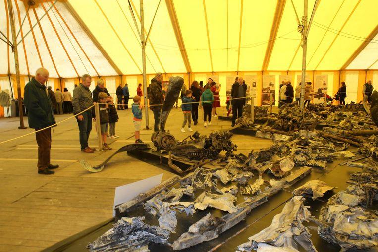In een tent werden de restanten getoond van de bommenwerper die in 1945 was neergestort in Bunsbeek.