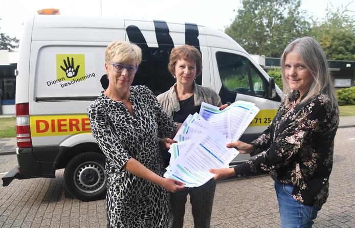 Jolanda Lichtenberg (rechts) overhandigde enkele weken geleden ruim 1200 handtekeningen aan vertegenwoordigers van de Dierenbescherming voor behoud van de Dierenambulance in Vlissingen.