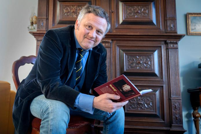 Nederland,   Kastelenkenner Robbie dell'Aira uit Hurwenen is schrijver van een gotische novelle 'Rodolf', die de sfeer van kasteel Nemerlaer in Haaren ademt. Daarnaast is hij onlangs tot ridder benoemd door een Oostenrijkse aartshertog.