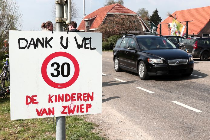 In de bebouwde kom van Zwiep is een paar jaar geleden al aandacht gevraagd voor het te hard rijden in het dorp. Nu gaat de gemeente in Lochem-Oost (oa richting Zwiep) een aantal maatregelen nemen dat moet leiden tot minder hard rijden.