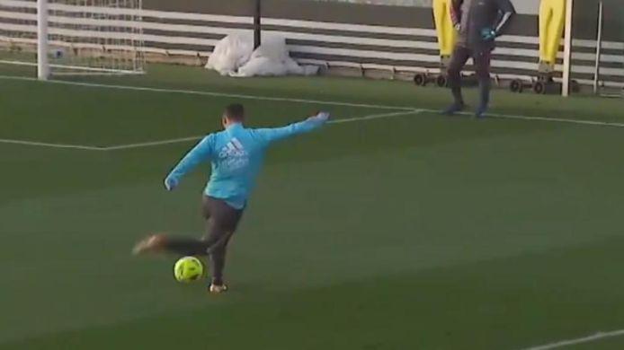 Eden Hazard scoorde op training met een rabona.