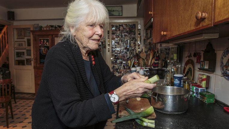 Hedda van Gennep is halverwege de tachtig maar uiterst vitaal. Ze maakt bijna dagelijks soep met telkens andere ingredienten. Beeld Dingena Mol