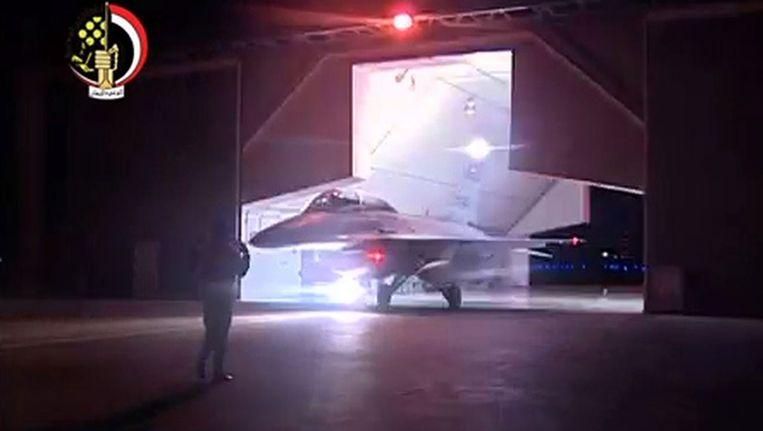De Egyptische staatstelevisie toonde beelden van gevechtsvliegtuigen die hun basis verlaten om IS-doelen te bombarderen.