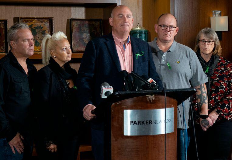 Radd Seiger (midden) spreekt namens Harry's familie de pers toe. Links van hem Harry's moeder Charlotte Charles met haar huidige echtgenoot. Rechts van Seiger staat Tim Dunn, de vader van de doodgereden tiener, met zijn vrouw.