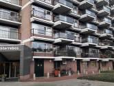 Bonje in de bejaardenflat in Oss: BrabantWonen en wijkagent met handen in het haar