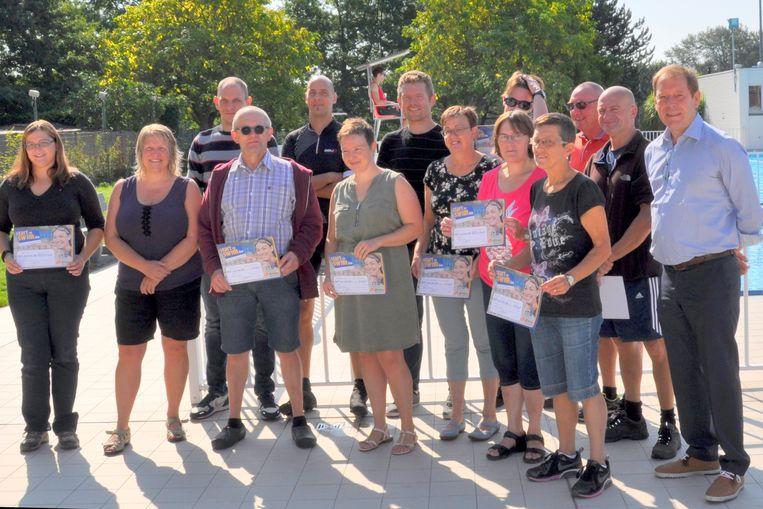 Enkele mensen met hun zwemdiploma dat ze behaalden in het Hamse openluchtzwembad.