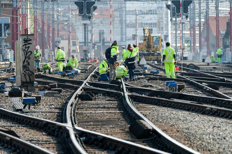 Enkele spoorarbeiders tijdens de werken aan de Noord-Zuidverbinding.