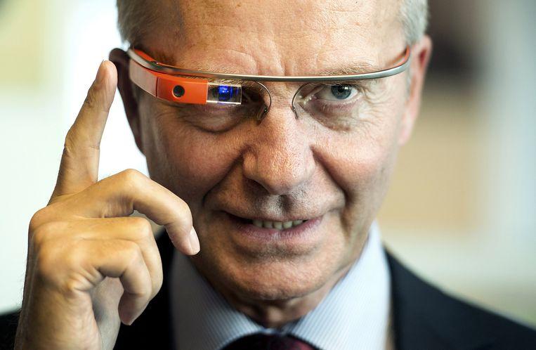 Minister Henk Kamp van Economische Zaken test een Google-bril tijdens een werkbezoek aan computerbedrijf Google in juni 2014. Beeld anp