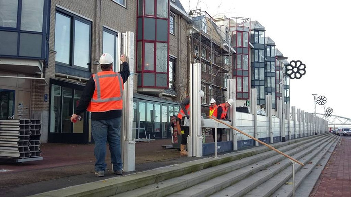Een tijdelijke 'schutting' op de Waalkade: de waterkering wordt getest.