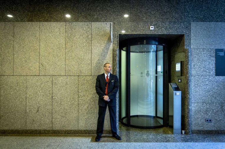 Een beveiliger in het gebouw van de Tweede Kamer waar een Koerdische delegatie een gesprek heeft met de vaste Kamercommissie Buitenlandse Zaken Beeld anp