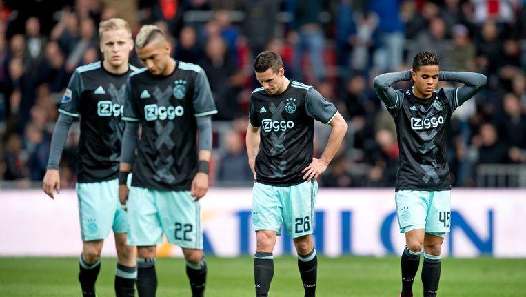 Donny van Beek, Hakim Ziyech, Nick Viergever en Justin Kluivert lopen van het veld na het 1-0 verlies tegen PSV. Beeld anp