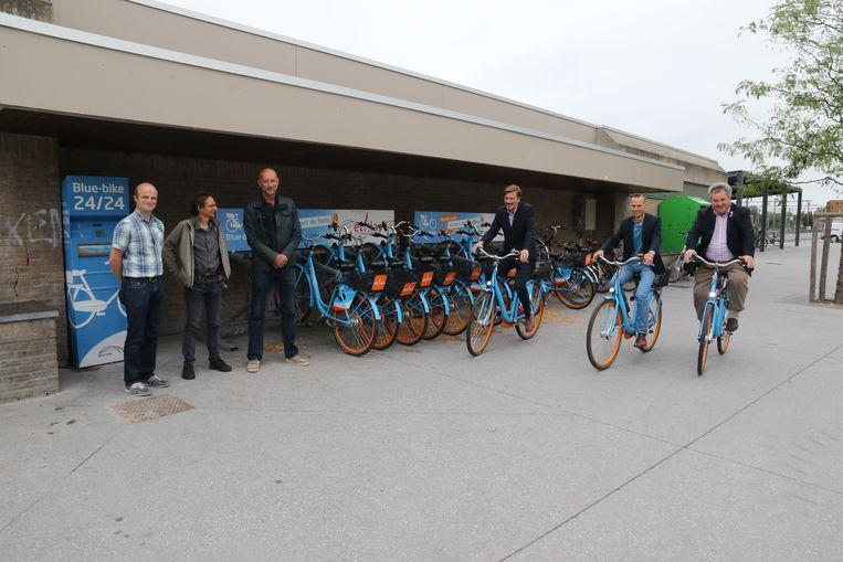 Frederik Vermeulen van Blue Bikes, schepen van Mobiliteit Dominique Dehaene (CD&V) en eerste schepen Jef Verschoore (CD&V) testen de fietsen al even uit.