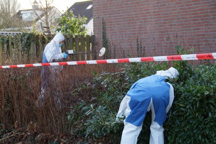 Recherche doet onderzoek rond het huis waar zaterdag een dode vrouw werd gevonden.