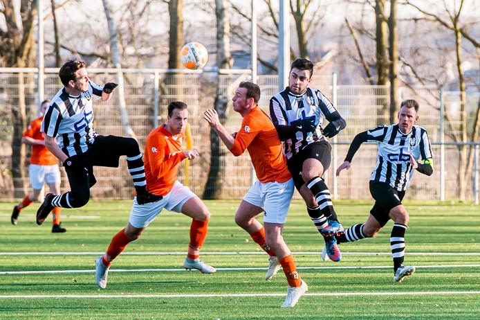 Drie weken na het duel in de competitie zullen Irene 58 (oranje shirts) en Oosterhout elkaar in de districtsbeker opnieuw tegenkomen.