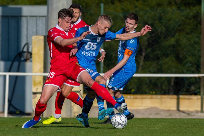 Heracles-aanvaller Silvester van der Water werd hard onderuit geschopt. Trainer Frank Wormuth maande zijn collega van Sion minder hard te spelen.