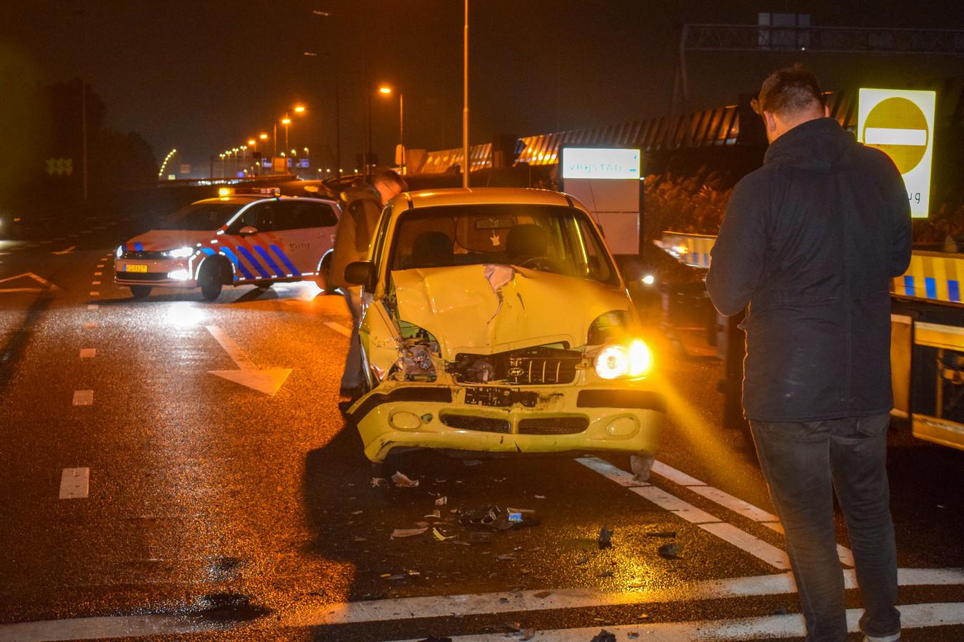 Bij de kop-staartbotsing bij afrit A2 in Vianen raakten enkele auto's zwaar beschadigd.