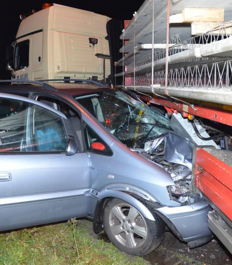 Personenauto schiet onder kerende vrachtauto in Barchem