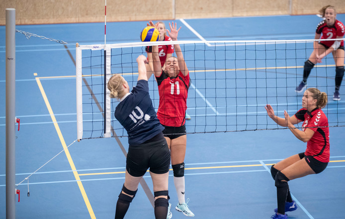 TweeVV (blauwe shirts) won eerder dit seizoen in de derde divisie van WaHo.