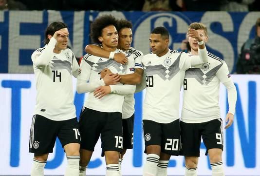 Leroy Sané wordt geknuffeld nadat hij Duitsland op 0-2 heeft gezet.