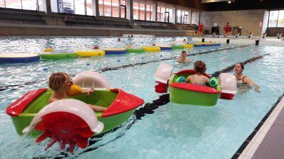 """VIDEO: Twee weken geleden brandde zwembad als een toorts, maar zaterdag kwamen eerste bezoekers al frisse duik nemen: """"We willen de eerste twee glijbanen nog voor zomervakantie in gebruik nemen"""""""