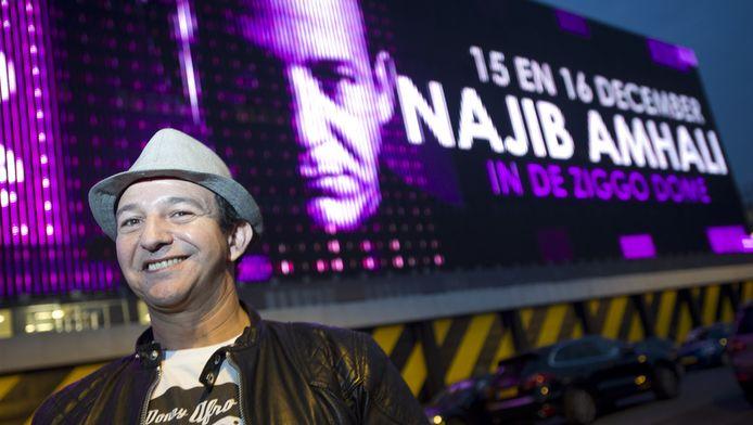 Cabaretier Najib Amhali kondigde dinsdagavond op het grote led-scherm van Ziggo Dome zijn twee shows in de popzaal aan.